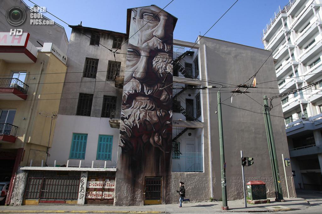 Греция. Афины. 12 марта. Граффити «Система обмана» уличного художника iNO. (AP Photo/Dimitri Messinis)