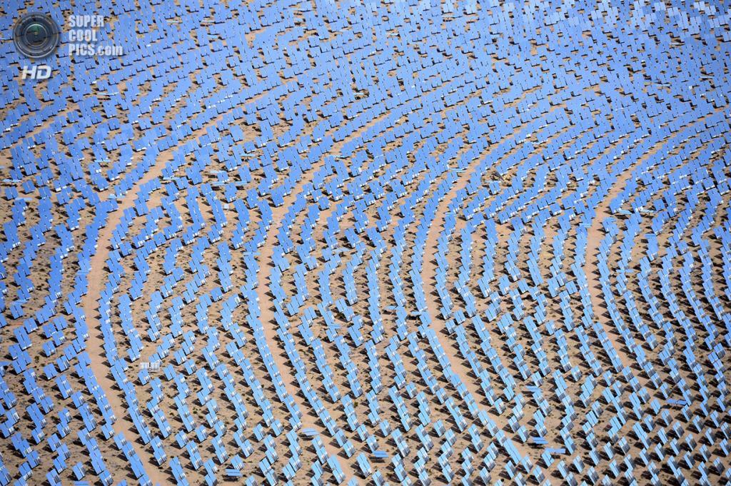США. Сан-Бернардино, Калифорния. 20 февраля. Зеркала-гелиостаты. (Ethan Miller/Getty Images)
