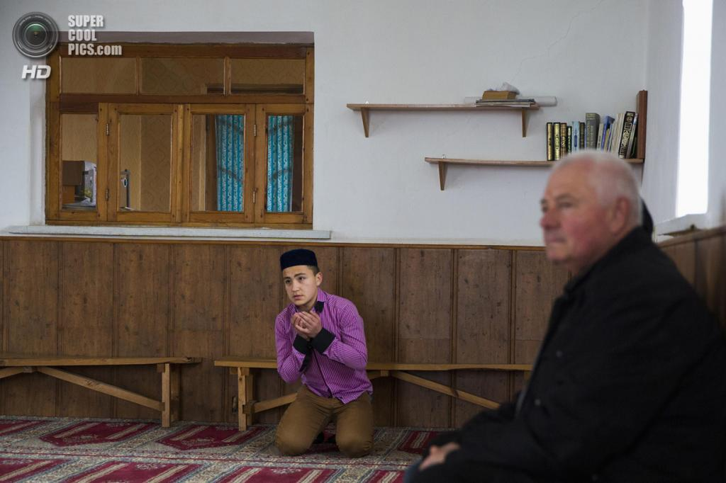 Украина. Бахчисарай, Крым. 7 марта. В мечети Хан-Чаир. (REUTERS/Thomas Peter)