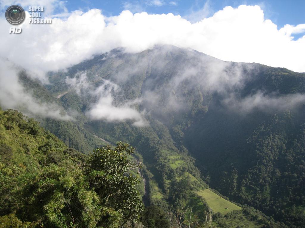 Эквадор. Баньос, Тунгурауа. 15 июня 2009 года. Вид с «Качелей на границе мира». (Stan Gee)