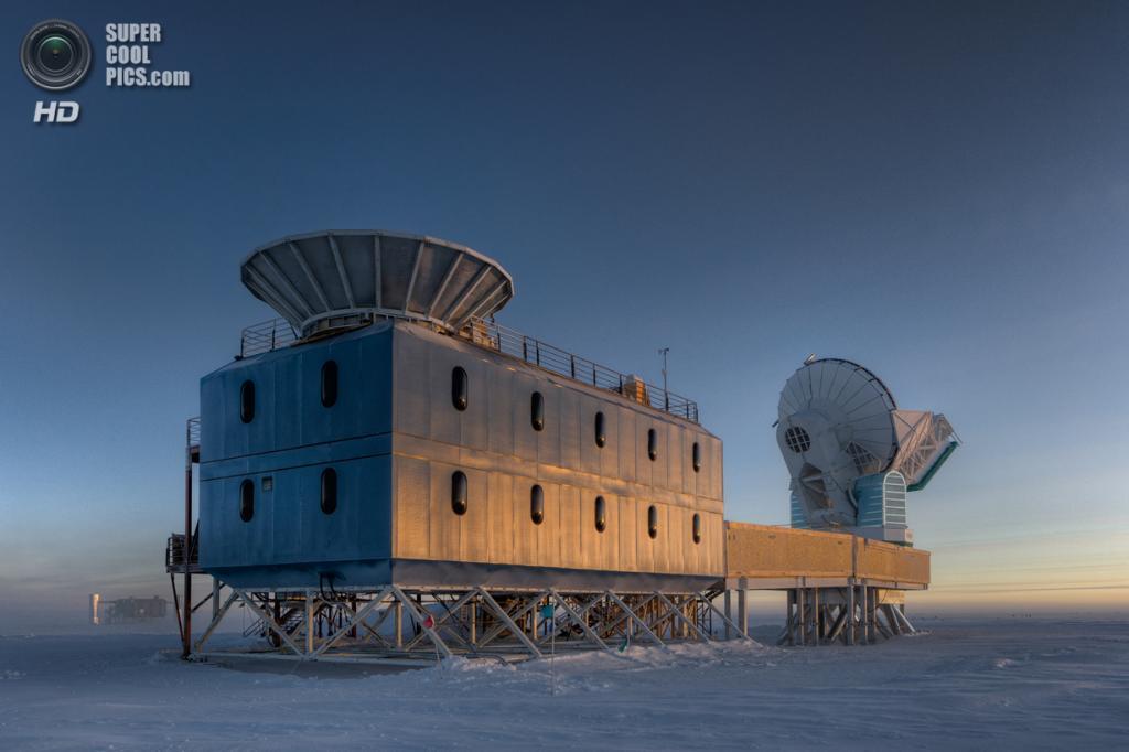 Научно-исследовательский комплекс Dark Sector Lab с телескопами BICEP2 и SPT. (NASA/JPL-Caltech)