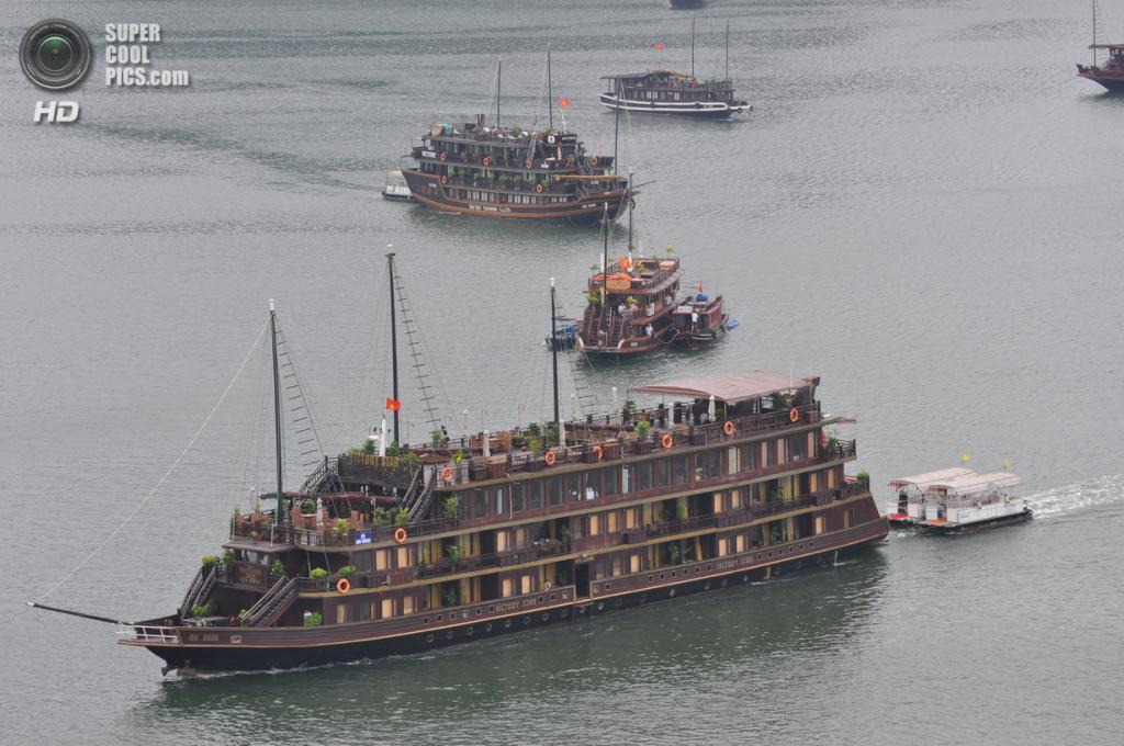 Вьетнам. Куангнинь. Бухта Халонг в Тонкинском заливе Южно-китайского моря. (David McKelvey)