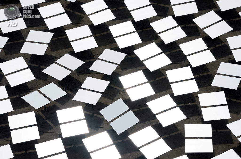 США. Сан-Бернардино, Калифорния. 20 февраля. Зеркала-гелиостаты сияют в разгаре дня. (Ethan Miller/Getty Images)