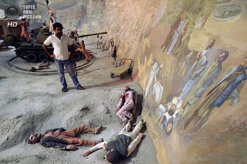 Афганистан. Герат. 8 августа 2009 года. Кровавые батальные сцены. (Shah Marai/AFP/Getty Images)