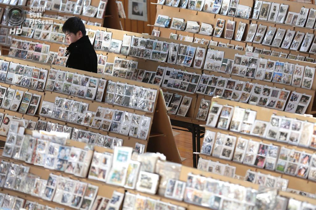 Япония. Сендай, Мияги. 10 марта. Выставка фотографий, которые были найдены и отреставрированы после землетрясения и цунами 11 марта 2011 года. (Yuriko Nakao/Getty Images)