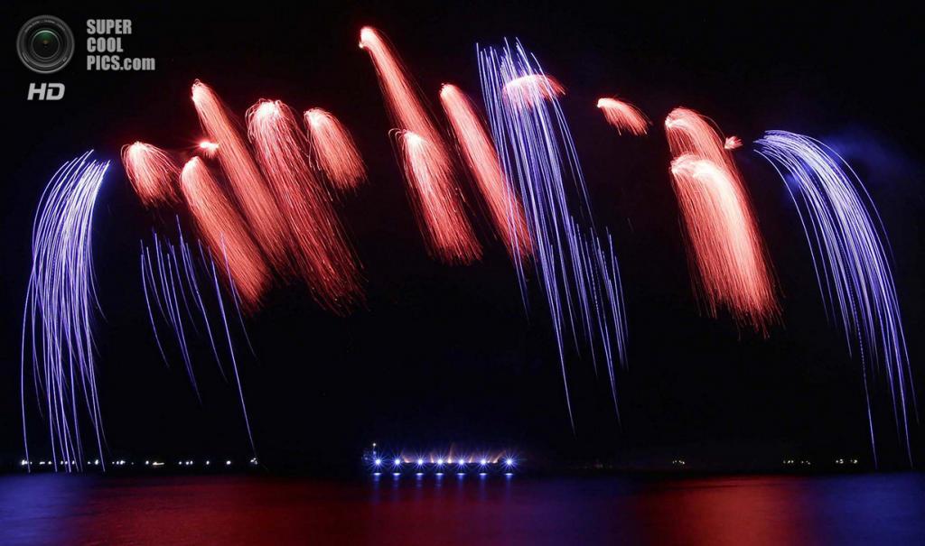 Филиппины. Пасай, Манила. 8 марта. Фейерверки Brezac Aftifices из Франции на 5-м Филиппинском международном пиромузыкальном конкурсе. (AP Photo/Bullit Marquez)