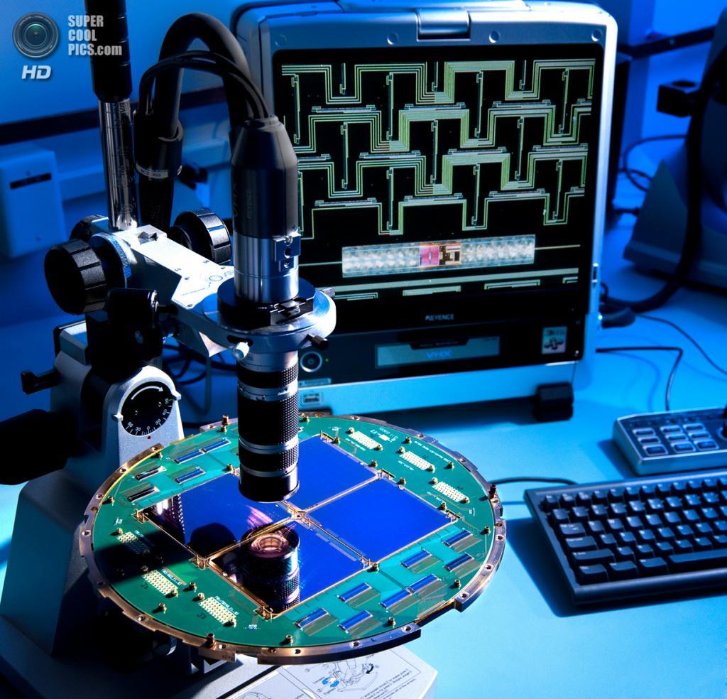 Фокальная плоскость, используемая для обнаружения доказательств существования реликтовых гравитационных волн, под микроскопом. (NASA/JPL-Caltech)