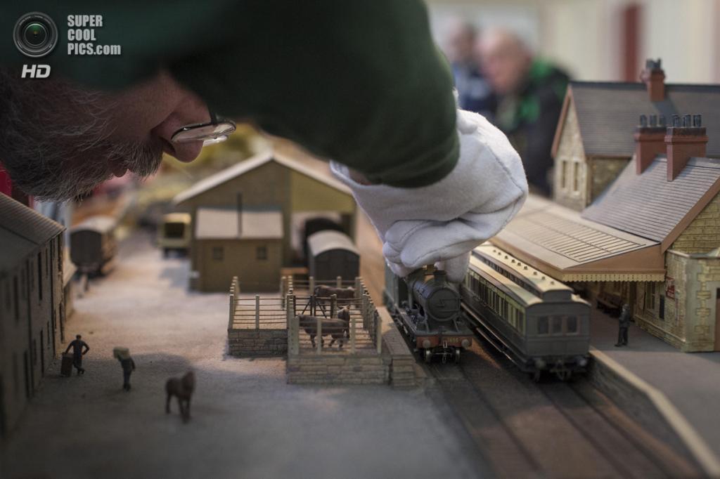 Великобритания. Лондон. 23 марта. Марк Джонсон из Абингдонского клуба железнодорожного моделизма обустраивает свою модель железной дороги Millanford. (Rob Stothard/Getty Images)