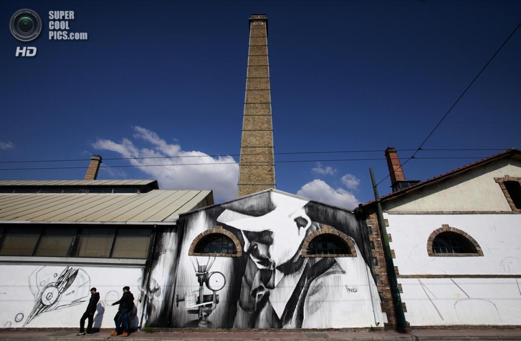 Греция. Афины. 12 марта. Граффити уличного художника iNO на стене старого газового завода. (AP Photo/Dimitri Messinis)
