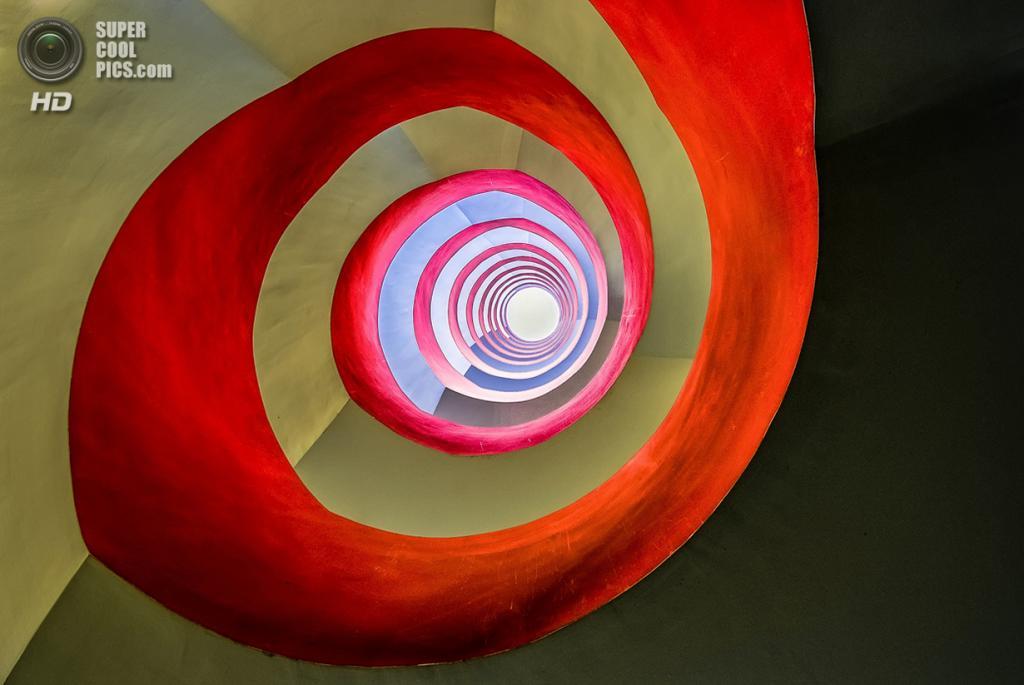 Лестница в офисном здании. Место съёмки: Кёльн, Северный Рейн — Вестфалия, Германия. Номинация: Architecture, Open Competition, 1 место. (Holger Schmidtke/2014 Sony World Photography Awards)