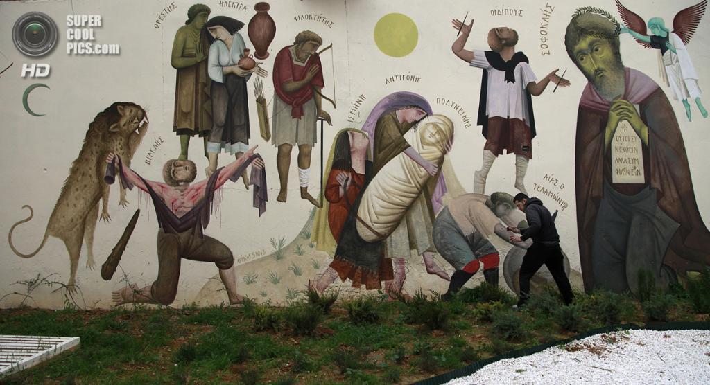 Греция. Афины. 21 февраля. Уличный художник Fikos — знаток византийской живописи — рисует граффити в афинском районе Колонос. (AP Photo/Dimitri Messinis)