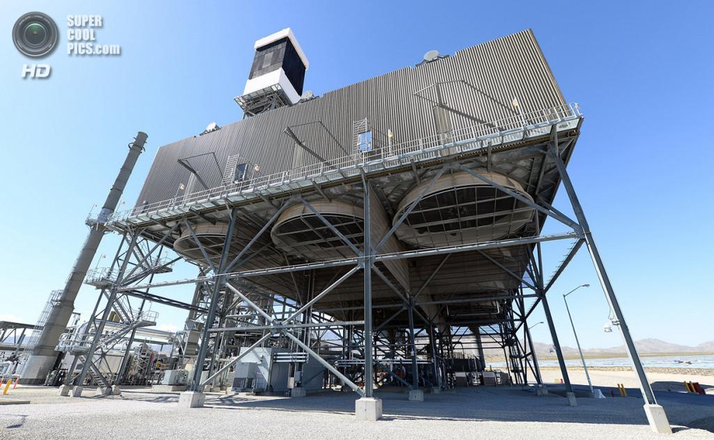 США. Сан-Бернардино, Калифорния. 27 февраля. Огромные охладительные вентиляторы под котлом и приёмником солнечного излучения. (Ethan Miller/Getty Images)