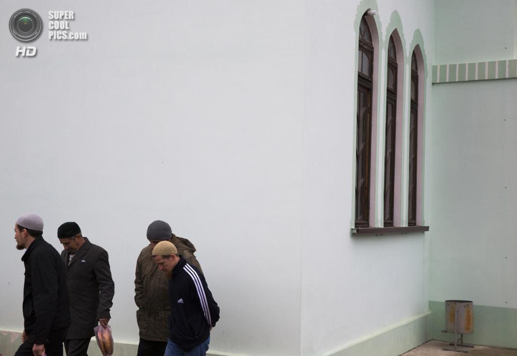 Украина. Бахчисарай, Крым. 7 марта. Крымские татары покидают мечеть Хан-Чаир после пятничной молитвы. (REUTERS/Thomas Peter)