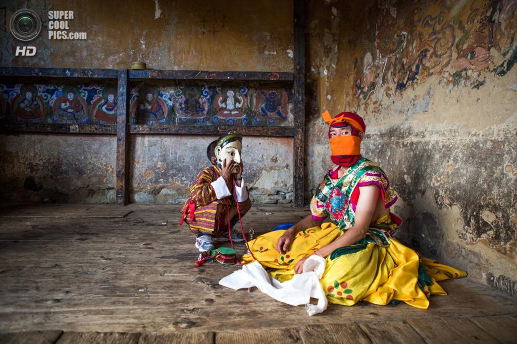 Мальчик примеряет маску танцора на фестивале в монастыре Тамшинг-Лакханг. Место съёмки: Бумтанг, Бутан. Номинация: National Awards, Сингапур, 2 место. (Joyce Le Mesurier/2014 Sony World Photography Awards)