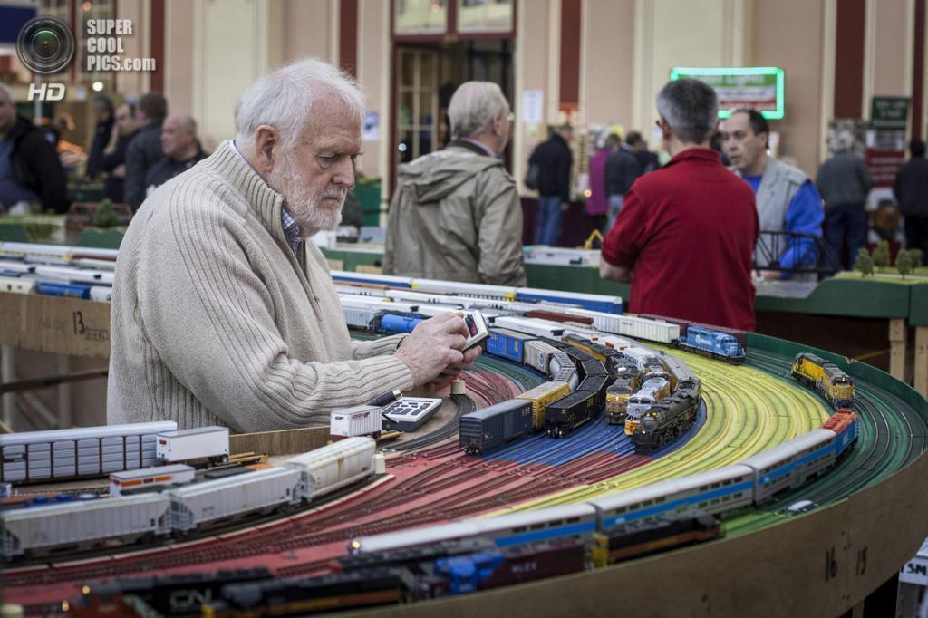 Великобритания. Лондон. 23 марта. Энтузиаст управляет моделью железной дороги. (Rob Stothard/Getty Images)