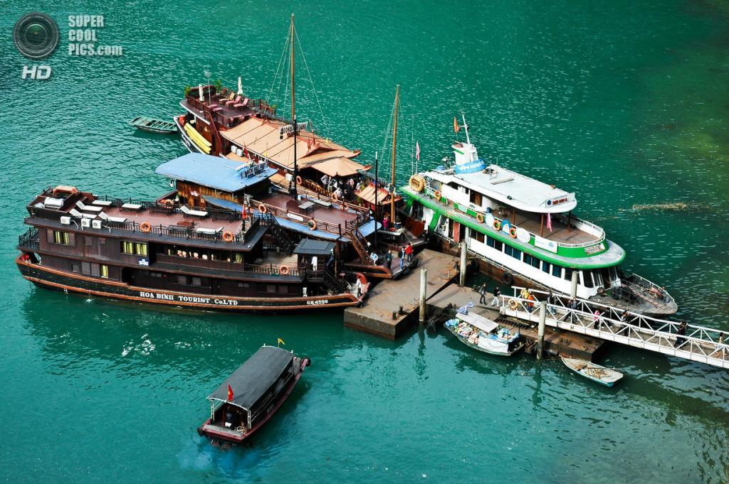 Вьетнам. Куангнинь. Бухта Халонг в Тонкинском заливе Южно-китайского моря. (Matthew Wilkinson)