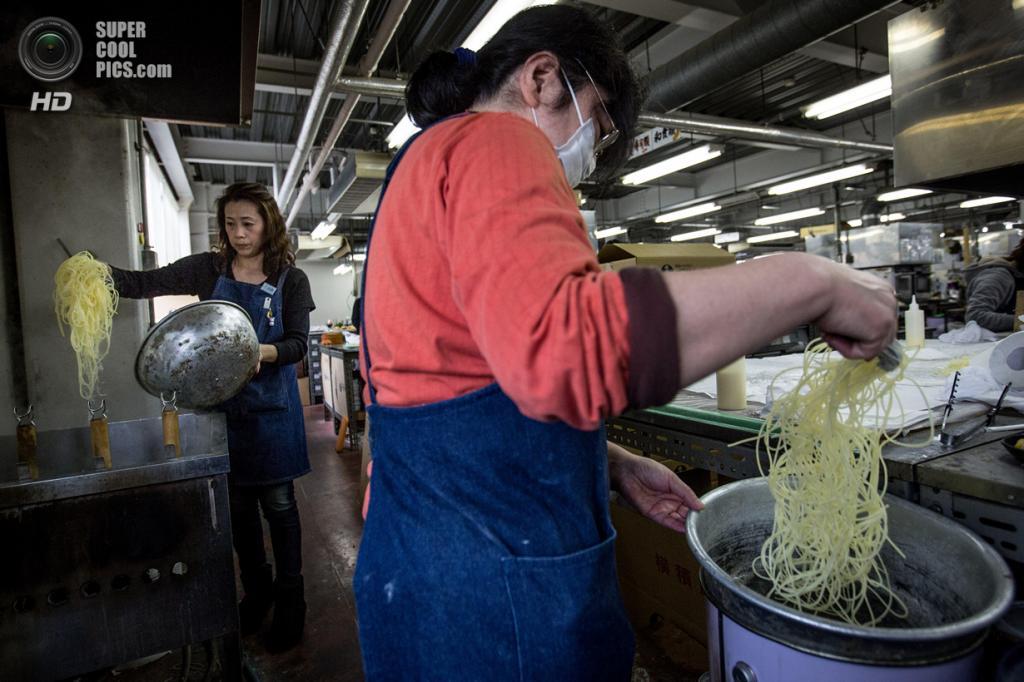 Япония. Йокогама, Канагава. 3 марта. Производство блюд из винила на заводе Iwasaki. (Chris McGrath/Getty Images)