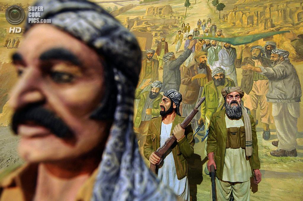 Афганистан. Герат. 8 августа 2009 года. «Живая картина», изображающая солдат-моджахедов. (Shah Marai/AFP/Getty Images)