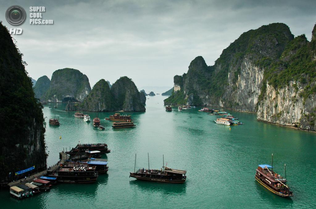 Вьетнам. Куангнинь. Бухта Халонг в в Тонкинском заливе Южно-китайского моря. (Matthew Wilkinson)