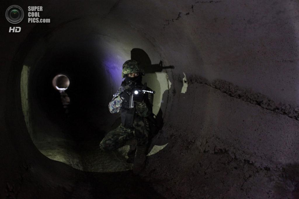 Мексика. Кульякан, Синалоа. 27 февраля. Секретный тоннель для побега в одном из домов наркобарона-миллиардера Хоакина Гусмана Лоэры, известного в криминальном мире под прозвищем «Эль Чапо» — «Коротышка». (REUTERS/Daniel Becerril)
