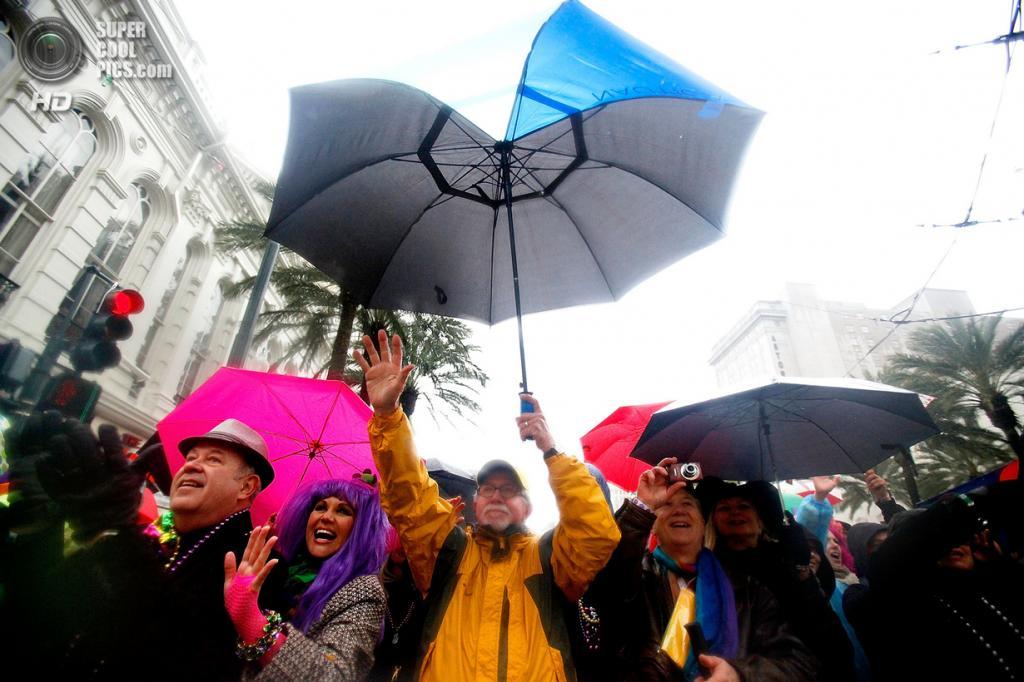 США. Новый Орлеан, Луизиана. 4 марта. Зрители наблюдают за карнавальным шествием. (Sean Gardner/Getty Images)