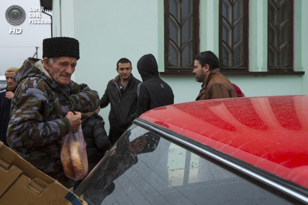 Украина. Бахчисарай, Крым. 7 марта. Крымские татары покупают свежеиспеченный хлеб. (REUTERS/Thomas Peter)