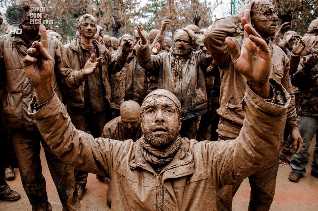 Традиционная траурная церемония шиитов по имаму Хусейну ибн Али, внуку пророка Мухаммеда. Место съёмки: Биджар, Курдистан, Иран. Номинация: Youth, Culture Category, 1 место. (Bohran Mardani/2014 Sony World Photography Awards)