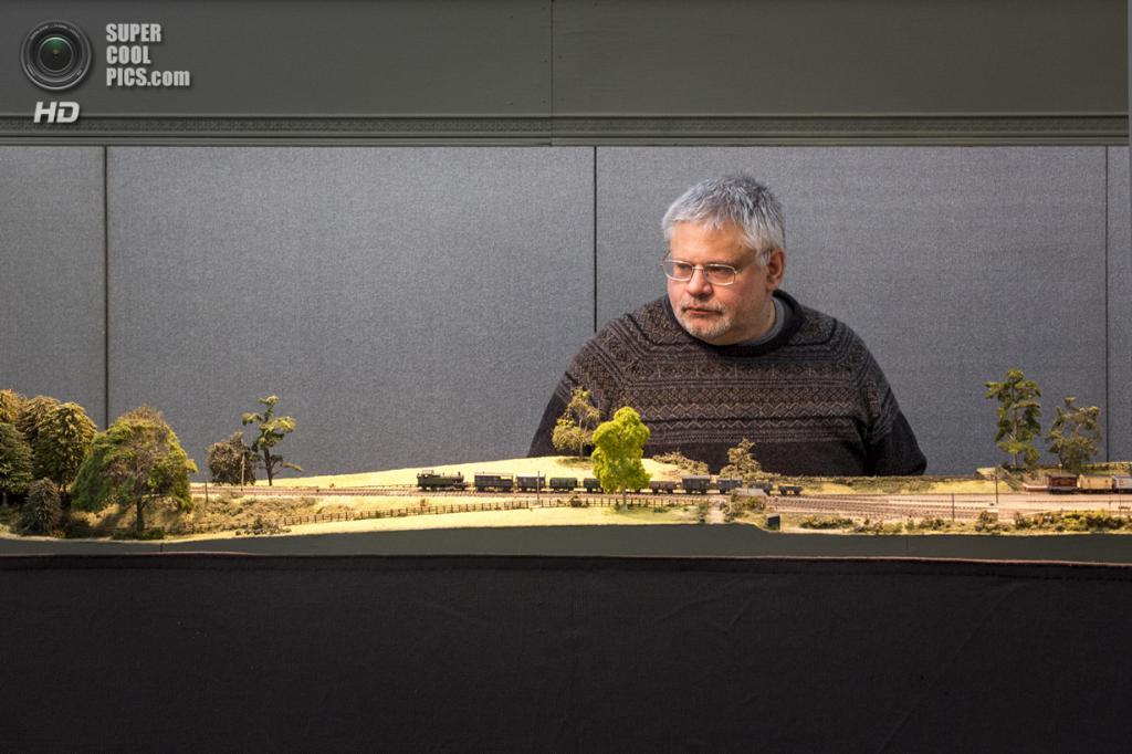 Великобритания. Лондон. 23 марта. Ричард Уилсон демонстрирует свою модель железной дороги в Ленбурне. (Rob Stothard/Getty Images)