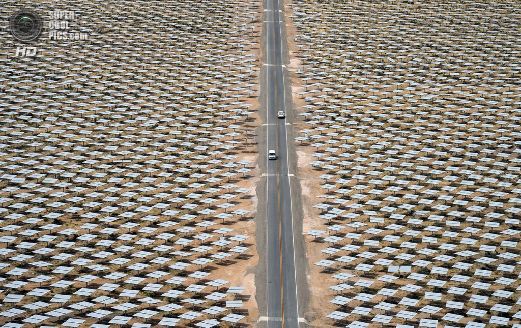США. Сан-Бернардино, Калифорния. 3 марта. Автомобили мчат по шоссе в окружении молчаливых созерцателей — зеркал-гелиостатов. (Ethan Miller/Getty Images)