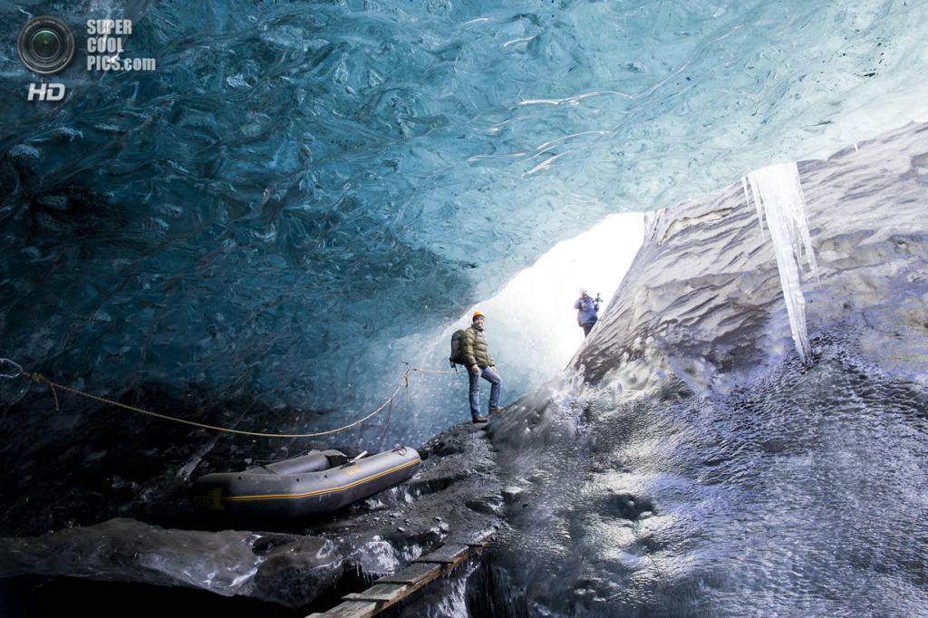 Исландия. Эйстюрланд. Пещера в леднике Ватнайёкюдль. (Rob Lott/Barcroft Media)