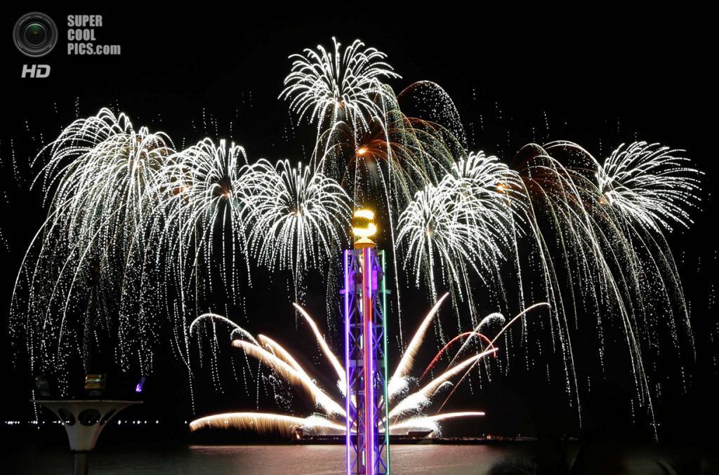 Филиппины. Пасай, Манила. 8 марта. Фейерверки Brunchu Pyro Experience из Испании на 5-м Филиппинском международном пиромузыкальном конкурсе. (AP Photo/Bullit Marquez)