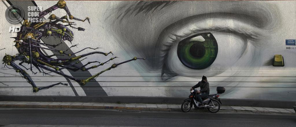 Греция. Афины. 20 февраля. Граффити «Контроль допуска» уличного художника iNO. (AP Photo/Dimitri Messinis)