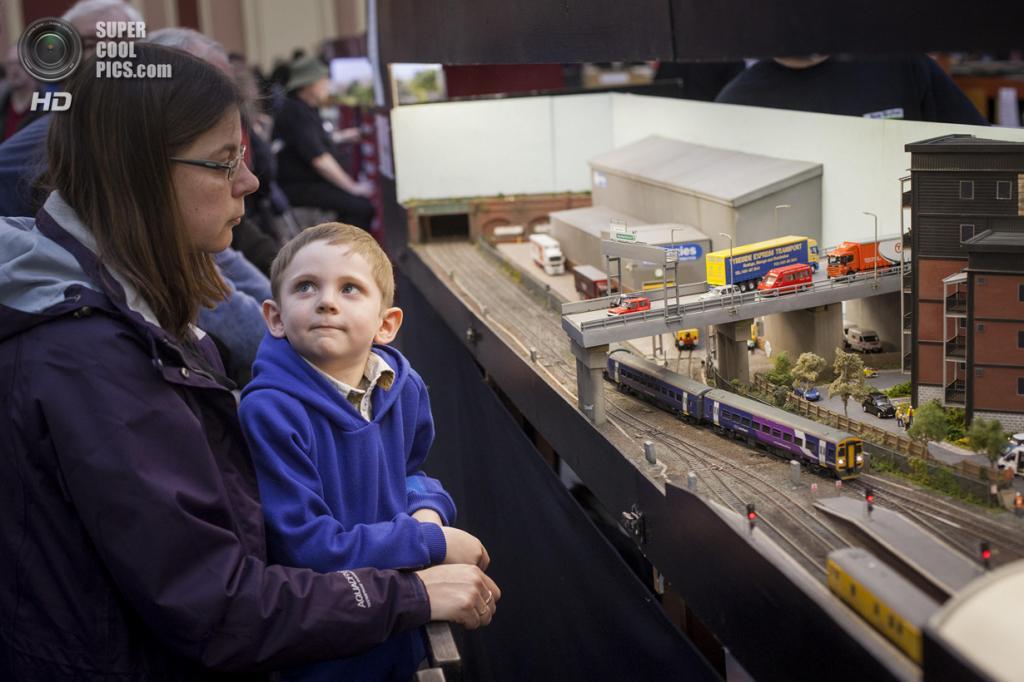 Великобритания. Лондон. 23 марта. Зрители рассматривают модель железной дороги Мика Брайана, где взяты за основу окрестности Уигана и Манчестера. (Rob Stothard/Getty Images)