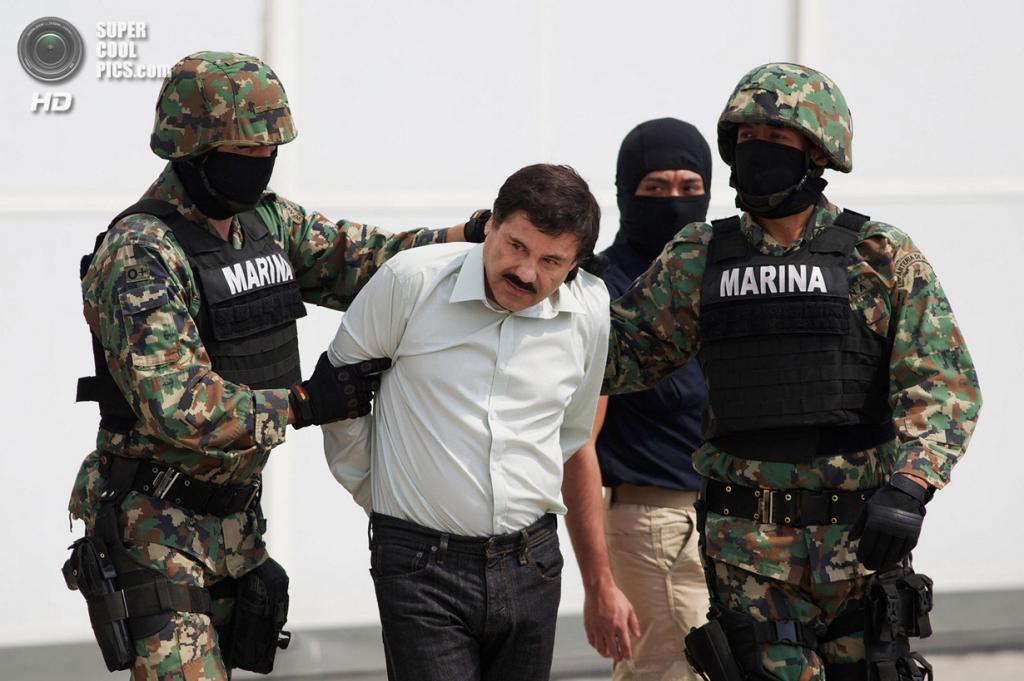 Мексика. Мехико. 22 февраля. Морские пехотинцы эскортируют Хоакина Гусмана Лоэру, которого поймали на курорте в Масатлане. (ALFREDO ESTRELLA/AFP/Getty Images)