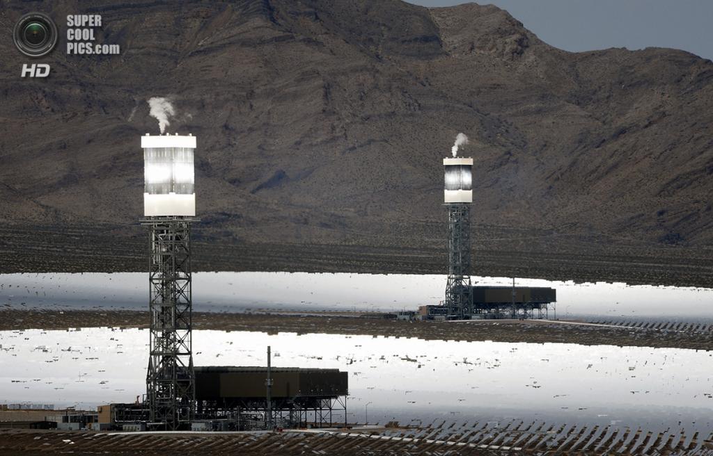 США. Сан-Бернардино, Калифорния. 3 марта. Две из трёх башен системы солнечных электростанций «Айванпа». (Ethan Miller/Getty Images)