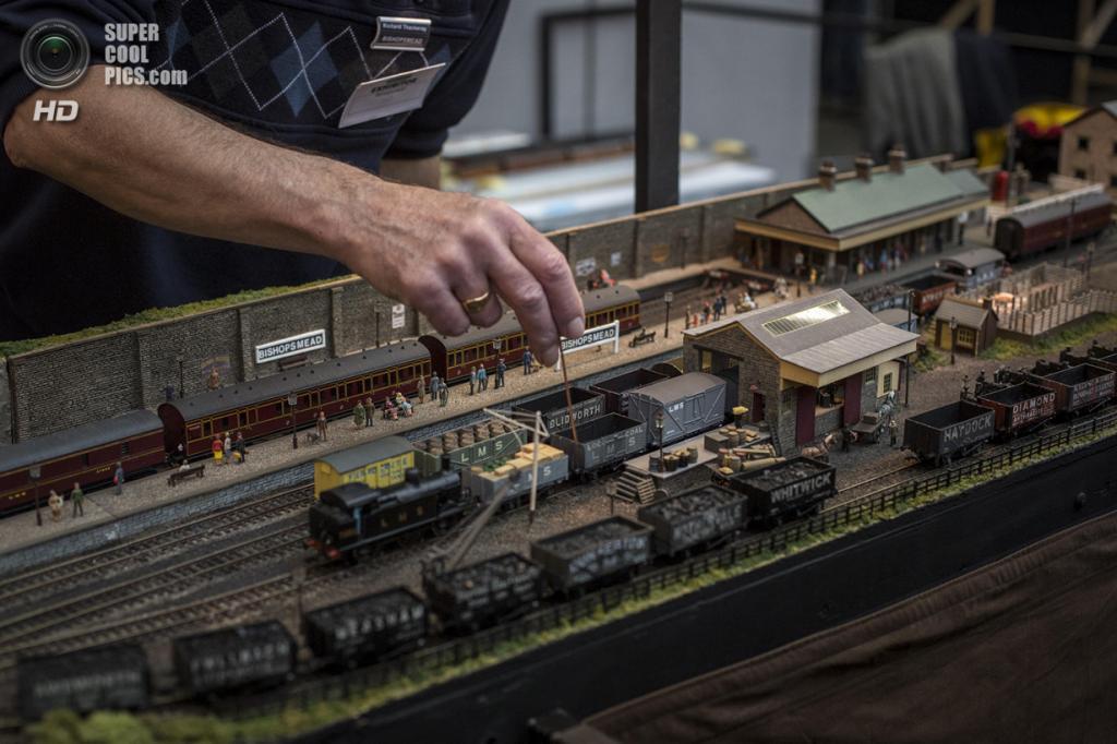 Великобритания. Лондон. 23 марта. Энтузиаст настраивает свою модель железной дороги. (Rob Stothard/Getty Images)