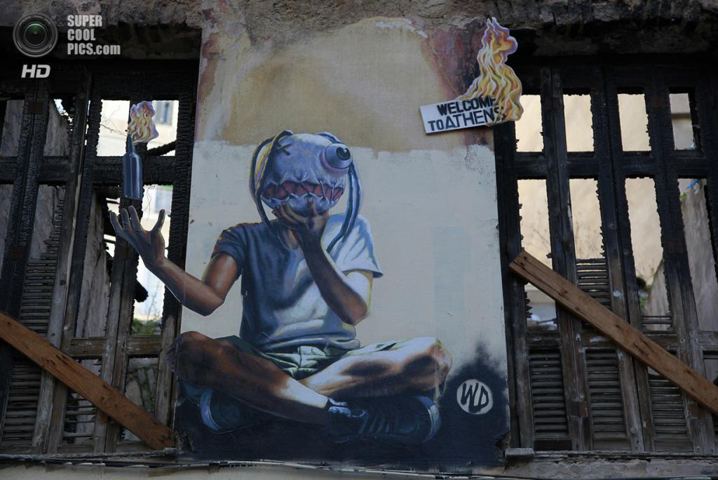 Греция. Афины. 17 февраля. Граффити «Пылающие Афины» индонезийского уличного художника WD напротив пожарной части в афинском районе Экзархия. (AP Photo/Dimitri Messinis)
