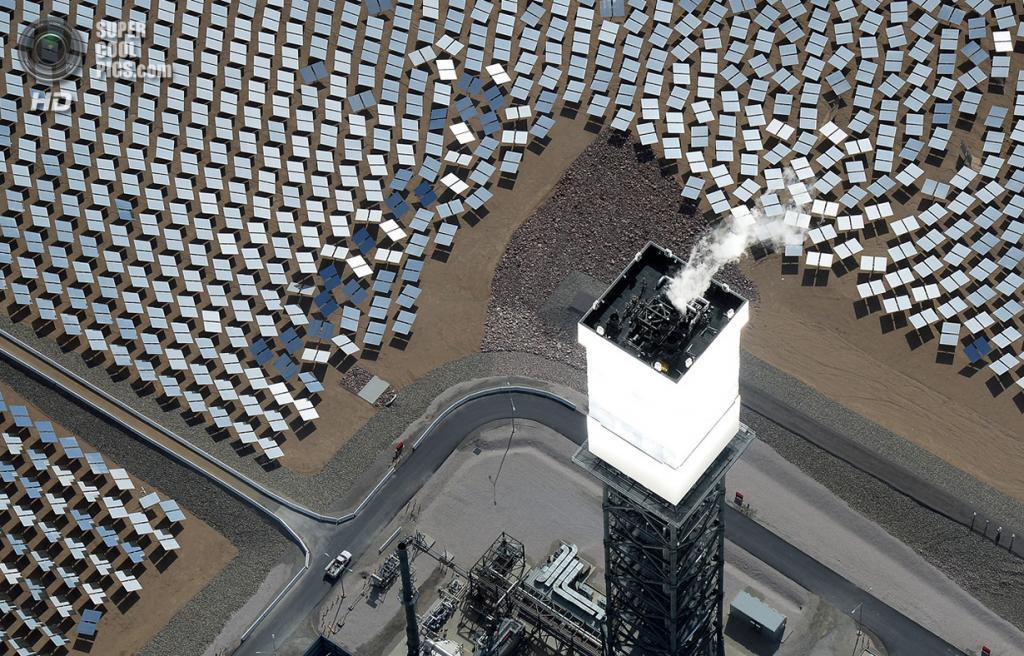 США. Сан-Бернардино, Калифорния. 20 февраля. Котёл и приёмник солнечного излучения на вершине одной из башен. (Ethan Miller/Getty Images)