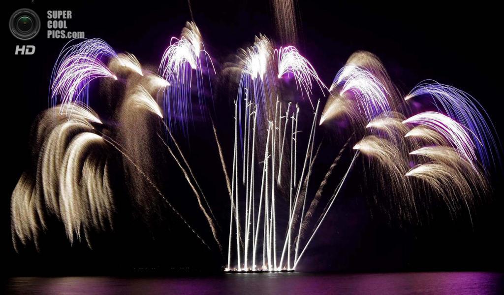 Филиппины. Пасай, Манила. 8 марта. Фейерверки Liuyang New Year Fireworks из Китая на 5-м Филиппинском международном пиромузыкальном конкурсе. (AP Photo/Bullit Marquez)