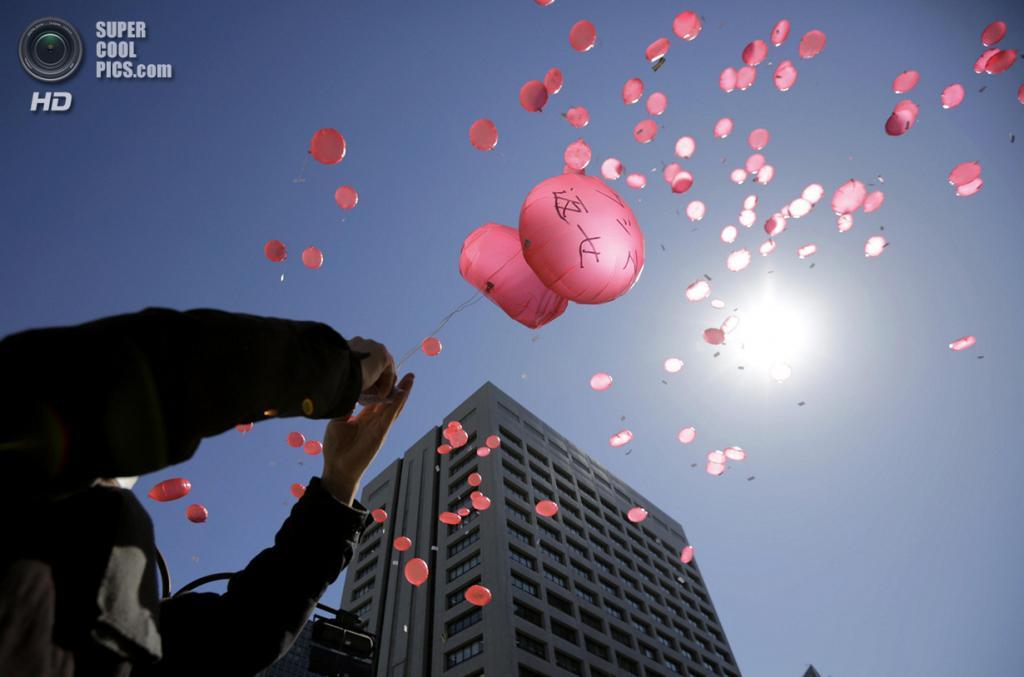 Япония. Токио. 11 марта. Японские активисты протестуют против использования ядерной энергии у здания Министерства экономики, торговли и промышленности Японии. (AP Photo/Eugene Hoshiko)