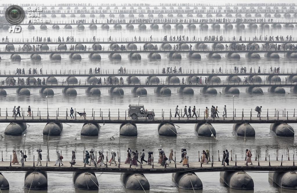 Паломники и верующие идут по понтонным мостам во время фестиваля «Маха Кумбха-мела» — самого большого собрания людей на планете. Место съёмки: Индия. Номинация: National Awards, Германия, 3 место. (Wolfgang Weinhardt/2014 Sony World Photography Awards)