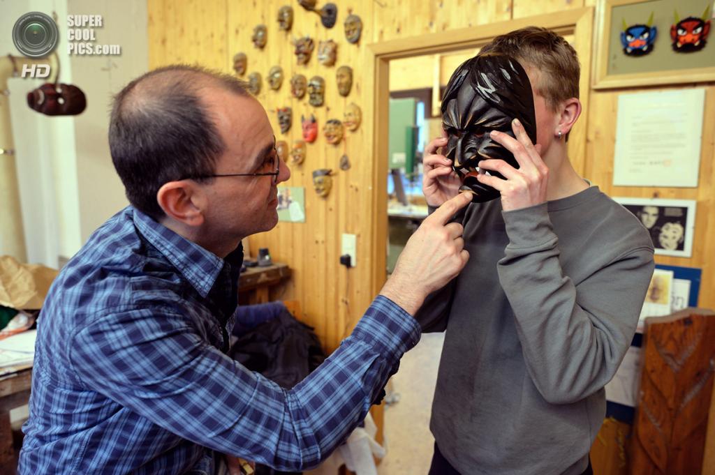 Германия. Эльцах, Баден-Вюртемберг. 26 февраля. Адриан Бургер проводит примерку с клиентом. (Thomas Lohnes/Getty Images)