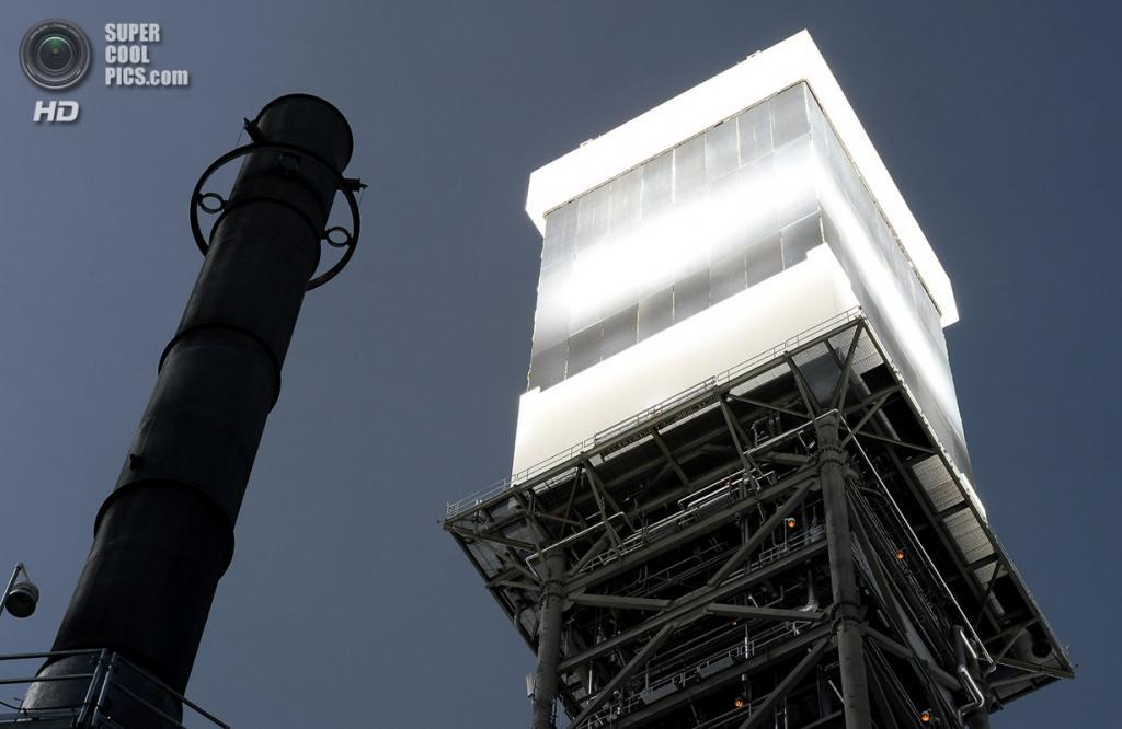 США. Сан-Бернардино, Калифорния. 3 марта. Котёл и приёмник солнечного излучения на вершине одной из башен крупным планом. (Ethan Miller/Getty Images)