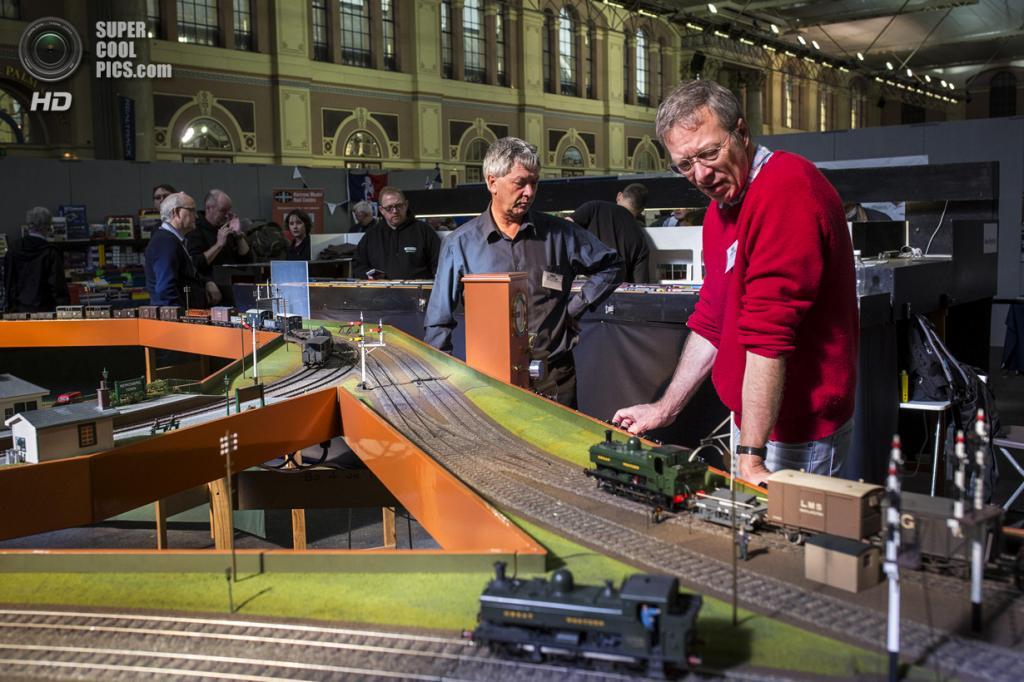 Великобритания. Лондон. 23 марта. Зрители наблюдают за движением игрушечных поездов. (Rob Stothard/Getty Images)