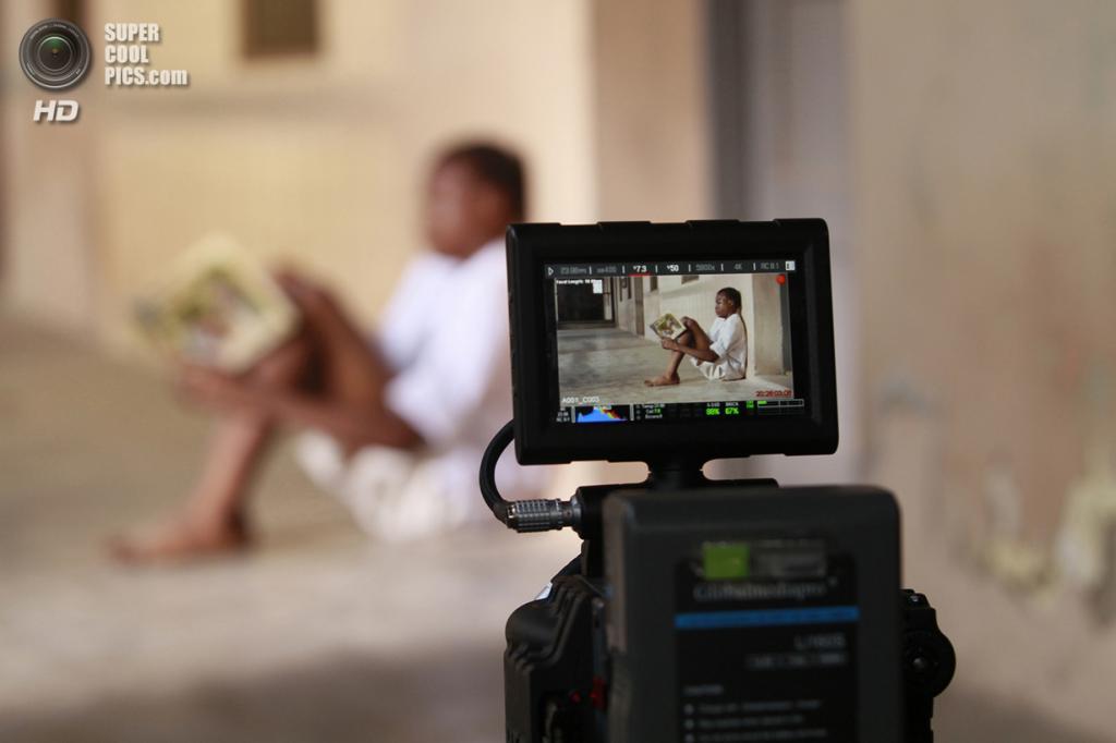 Съёмки биографического фильма «Аке: Годы детства» режиссёра Йеми Акинтокуна о детстве знаменитого нигерийского драматурга, писателя и поэта Воле Шойинки. (REUTERS/Akintunde Akinleye)