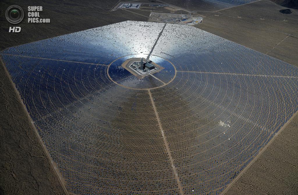 США. Сан-Бернардино, Калифорния. 20 февраля. Одна из трёх электростанций системы «Айванпа». (Ethan Miller/Getty Images)
