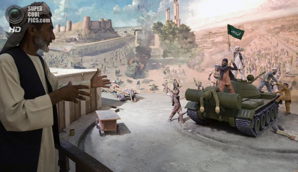 Афганистан. Герат. 11 августа 2009 года. Гид рассказывает о сражениях во время экскурсии по музею. (REUTERS/Raheb Homavandi)