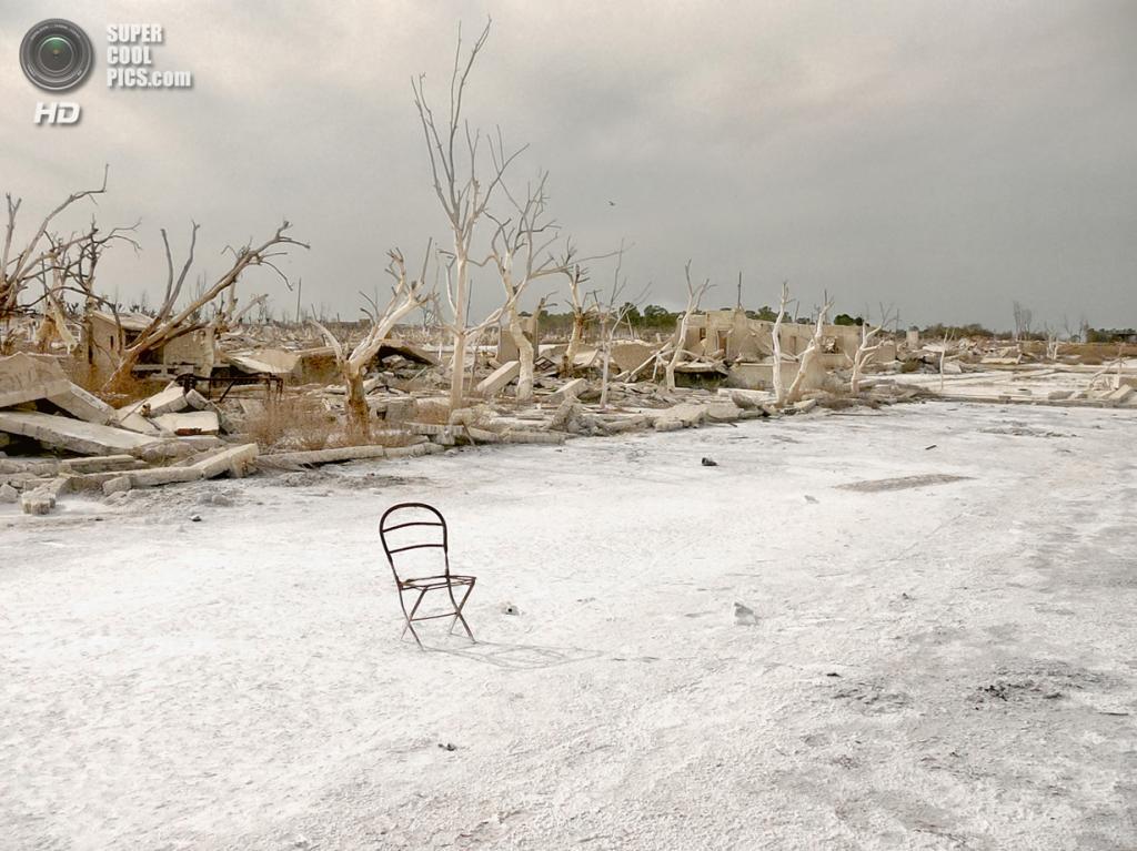 Руины деревни, затопленной после прорыва плотины на озере Эпекуэн в 1985 году. Место съёмки: Буэнос-Айрес, Аргентина. Номинация: National Awards, Аргентина, 3 место. (Doralisa Romero/2014 Sony World Photography Awards)