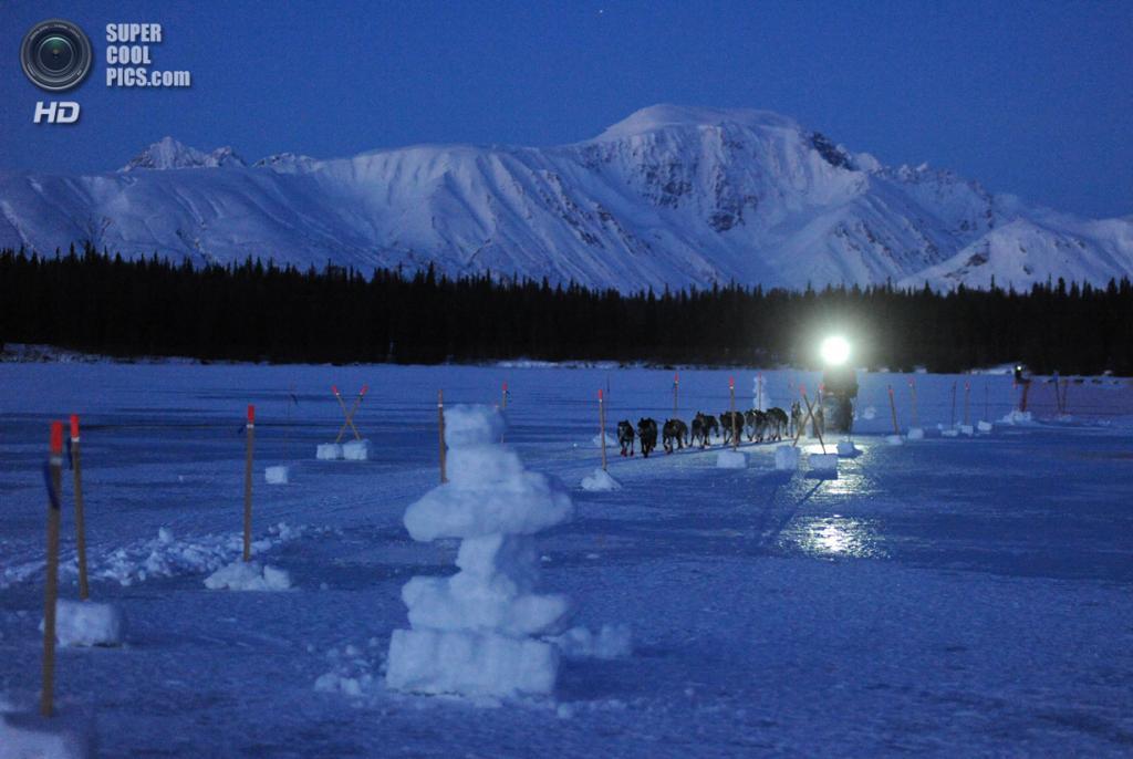 США. Фингер-Лейк, Аляска. 3 марта. Упряжка Джона Бейкера под покровом сумерек. (Bob Hallinen/Anchorage Daily News/MCT)