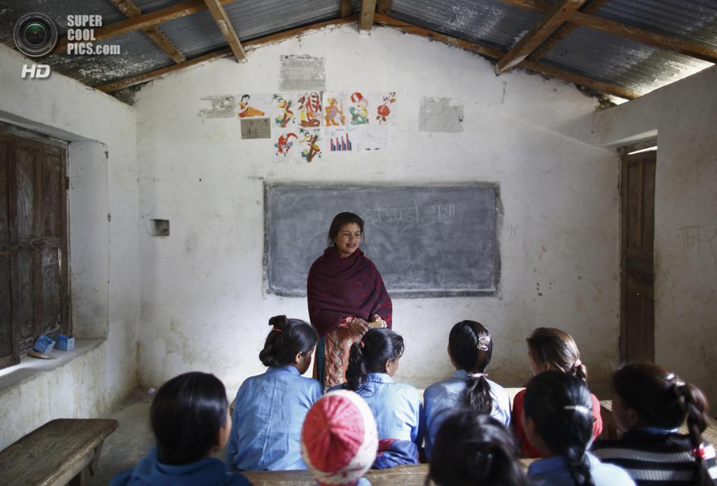 Непал. Ачхам, Западный регион. 16 февраля. Учительница Рупа Чанд Шах, которая не поддерживает традицию чаупади, объясняет школьницам, что они не должны идти на поводу у религиозных догм. (REUTERS/Navesh Chitrakar)